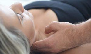 טיפול טבעי במטופלת בקליניקה של עידן לוי להקלה בכאב