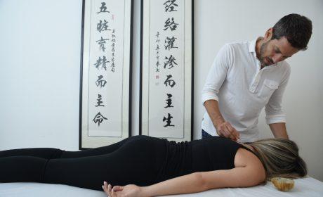 עידן לוי מדקר להקלה על כאבי גב