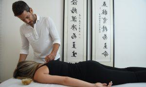 דיקור סיני לאורך הגב במטרה להקל על כאב בקלינקיה של עידן לוי