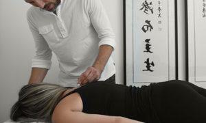 עידן לוי עושה דיקור עדין כחלק מטיפול טבעי בכאב