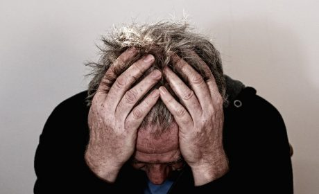 איש הסובל מכאב ראש חזק מאוד
